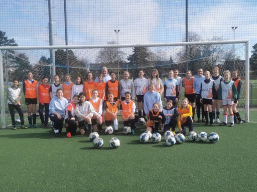 SDO VR1 geeft clinic aan jeugdspeelsters